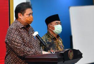 Menko Perekonomian Airlangga Hartarto dan Menko PMK Muhadjir Effendy memberikan keterangan pers usai mengikuti rapat yang dipimpin oleh Presiden Jokowi, di Jakarta, Senin (05/04/2021).
