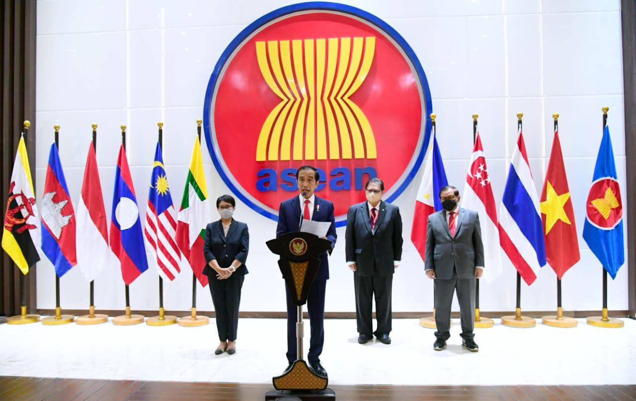 Presiden Jokowi didampingi Menko Perekonomian Airlangga Hartarto, Menlu Retno LP Marsudi, dan Seskab Pramono Anung memberikan keterangan pers usai menghadiri ASEAN Leaders' Meeting, Sabtu (24/04/2021), di Sekretariat ASEAN, Jakarta. (Foto: BPMI Setpres/Laily Rachev)