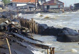 tumpahan minyak mentah milik Pertamina yang tercecer kembali di pesisir Pantai Cemarajaya, Cibuaya, Karawang, Jawa Barat, Selasa (27/4/2021)