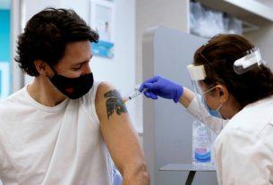 Perdana Menteri Kanada Justin Trudeau disuntik vaksin penyakit virus korona (COVID-19) AstraZeneca di sebuah apotek di Ottawa, Ontario, Kanada, Jumat (23/4/2021). Foto : /REUTERS.