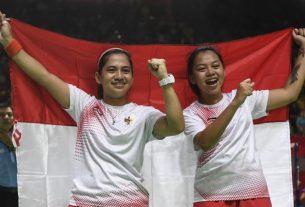 Pebulu tangkis putri Indonesia Leani Ratri Oktila (kiri) dan Khalimatus Sadiyah Sukohandoko (kanan) melakukan selebrasi usai mengalahkan pasangan Cina Hefang Cheng dan Hunhui Ma pada final ganda putri klasifikasi SL3-SU5 Asian Para Games 2018 di Istora Senayan, Jakarta, Jumat (12/10/2018). ANTARA FOTO