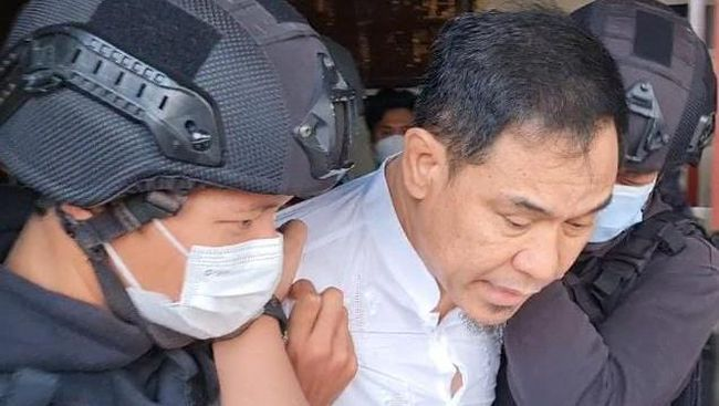 Penangkapan Munarman eks FPI terkait dugaan terorisme di kediamannya, Pamulang, Jakarta, Selasa (27/4). (Dok. Istimewa)