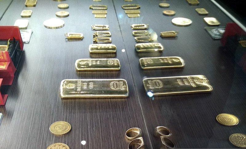 Ilustrasi - Emas batangan dan koin emas yang diperdagangkan PT Aneka Tambang di Makassar. Foto :Antara