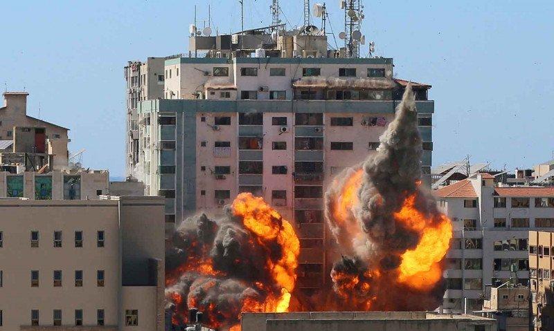 Gedung al-Jalaa, tempat kantor media Associated Press (AP) dan Al Jazeera berada, dilanda serangan udara Israel di Kota Gaza, Sabtu (15/5/2021). Foto : Reuters