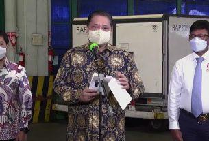 Menko Perekonomian Airlangga Hartarto didampingi Menkominfo Johnny G. Plate dan Wamenkes Dante Saksono Harbuwono memberikan keterangan pers terkait kedatangan vaksin, di Bandara Soekarno Hatta, Tangerang, Banten, Selasa (25/05/2021)
