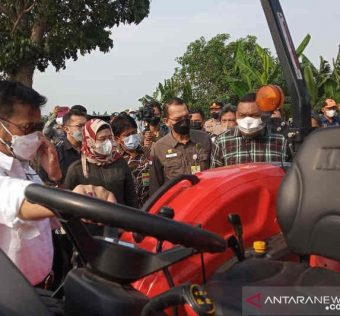 Menteri Pertanian (Mentan) Syahrul Yasin Limpo (kiri) saat melihat mesin pertanian yang akan diberikan kepada kelompok tani di Desa Wanasari, Kabupaten Indramayu. Foto : Antara