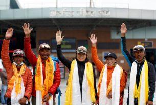 Pendaki Gunung asal Hong Kong Tsang Yin-Hung (tengah) menaklukan puncak Gunung Everest dalam waktu 26 jam dan memecahkan rekor wanita tercepat yang capai puncak gunung pada Minggu (30/5/2021). Foto : Reuters/Navesh Chitrakar.