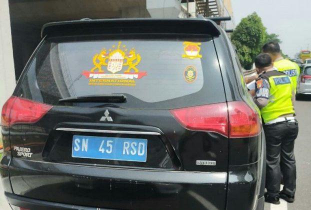 """Petugas patroli Jalan Raya Ditlantas Polda Metro Jaya menahan sebuah kendaraan dengan pelat nomor SN 45 RSD dengan identitas kendaraan yang diterbitkan oleh """"Negara Kekaisaran Sunda Nusantara"""". (HO-Polda Metro Jaya)"""