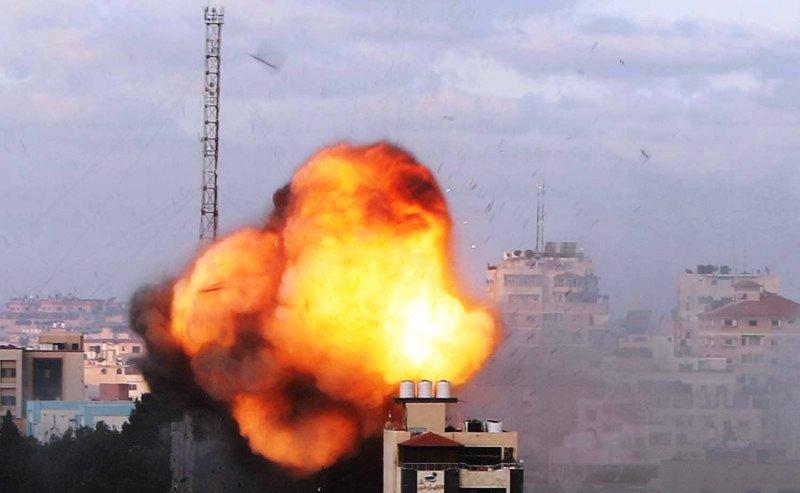 Asap dan api terlihat setelah serangan udara Israel di sebuah gedung, di tengah gencarnya pertempuran Israel-Palestina, di Kota Gaza (18/5/2021). Foto : Reuters