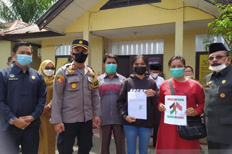 MS didampingi orangtuanya usai mediasi bersama para pihak di Polres Bengkulu Tengah di Bengkulu, Rabu (19/5/2021). Foto : Antara.