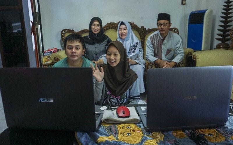 Warga bersilaturahmi menggunakan panggilan video melalui perangkat laptop di Kabupaten Pati, Jawa Tengah. Foto : Antara.