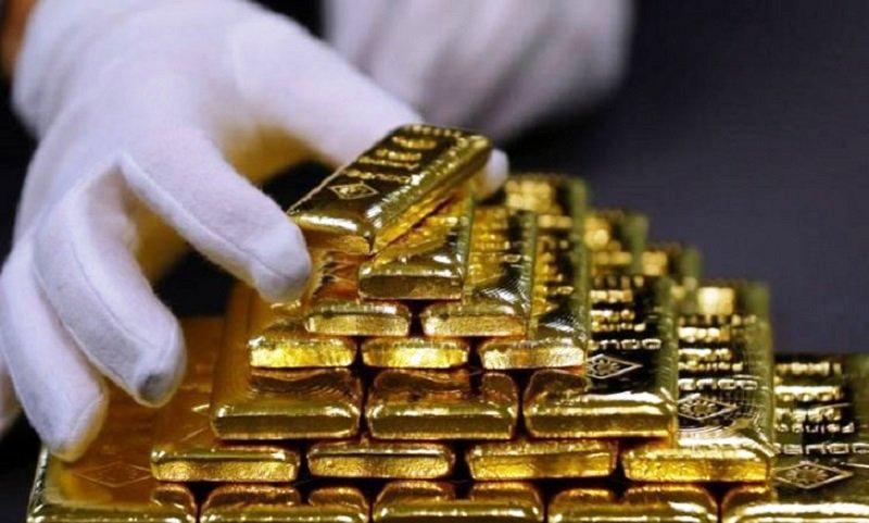 Seorang karyawan menyortir emas batangan di Pabrik Pemisahan Emas dan Perak Austria Oegussa di Wina, Austria. Foto : Reuters.